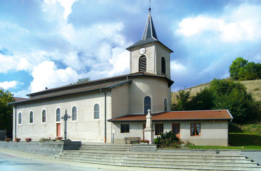 L'église de Saint-Michel-de-Saint-Geoirs et sa petite chapelle.