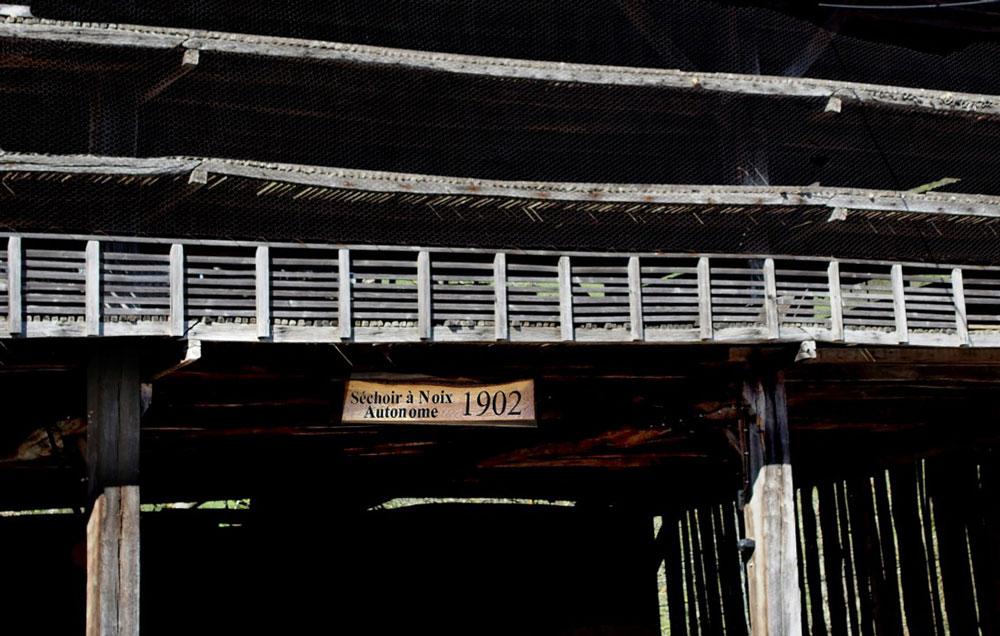 Le séchoir à noix « La Grange » et ses 3 niveaux, créé en 1902.