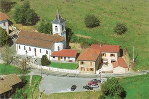 Vue aérienne de l'église et de l'ancien presbytère. Ce dernier, inhabité depuis 1987, a été réhabilité en 3 logements en 1994. ©DR