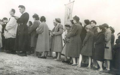 """Devant la statue pour la bénédiction, 14 mars 1954 - <span style=""""font-family: Verdana;font-size:9px;"""">© Famille Détroyat</span>"""
