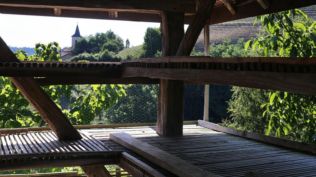 Le séchoir à noix « La Grange ». Vue du 1er niveau avec ses 2 étages de claies.